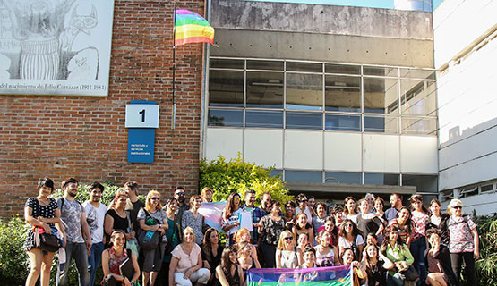 La bandera del colectivo LGTBIQy+ flamea en el Campus de la UNGS