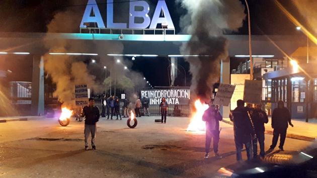 Trabajadores de ALBA protestan por más despidos en la planta de Garín