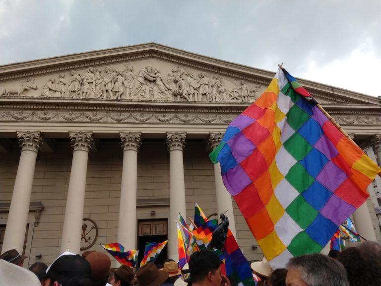Se realizó un masivo whipalazo en solidaridad con el pueblo boliviano