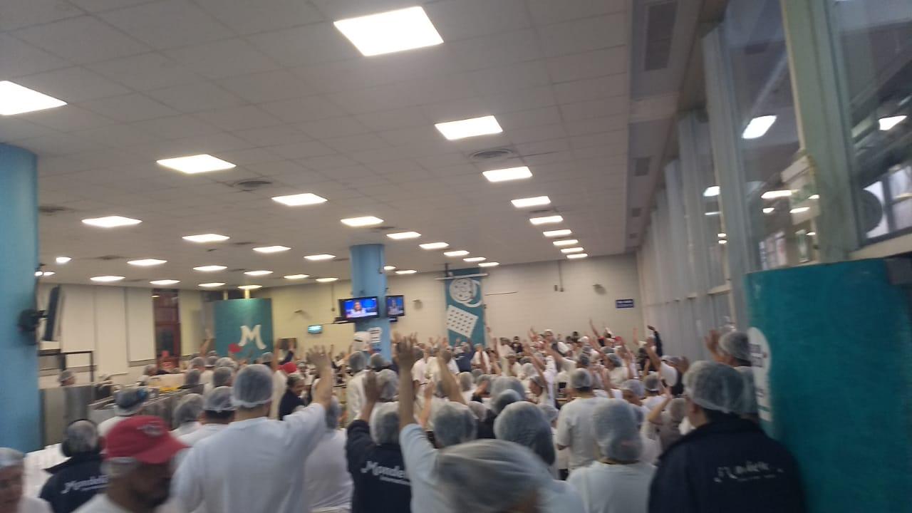 Una asamblea de 500 trabajadores votó en contra de las suspensiones de Kraft-Mondelez