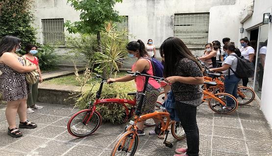 Bicicletas para estudiantes del Voluntariado y trabajadoras del servicio de limpieza